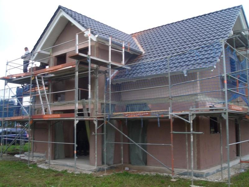 Die Dachüberstände erstrahlen nun in einem hellen weißen Farbton